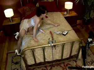 Вероника в капроновых чулках кончает от секс машины