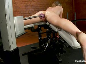 Секс машина чпокает Полу в анус и пизду