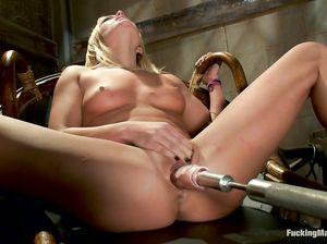 Блондинка Джуди наслаждается игрой с секс машиной