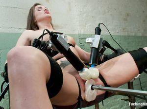 Тори получает оргазм от секс машины и двух вибраторов
