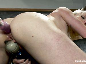 Студентка Лорели согласилась испытать секс машину в универе