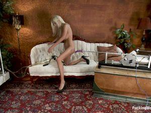 Шведка с большими сиськами кончает от помп и секс машины