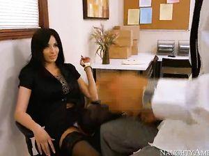 Сексапильная брюнетка жахается с подчиненным в офисе
