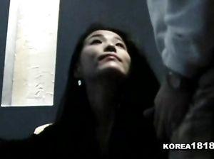 Веселая кореянка поет в караоке, а друг дрочит в это время на ее лицо