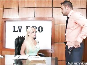 Белокурая секретарша Ноэль трахается с пареньком