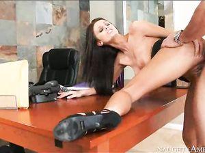 Стройная секретарша чпокается с усталым начальником