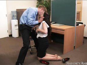 Знойная брюнетка в чулках ебется в офисе с коллегой