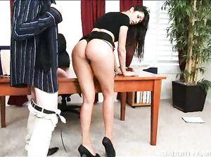 Сексуальная секретарша Моана жахается с начальником на столе