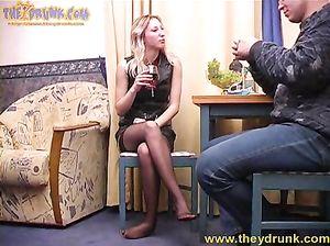Пьяная Стелла раздвинула ноги перед собутыльником