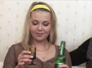 Маринка выпила водяры и дала мужикам себя выебать