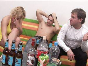 Пьяная русская бабенка с большими буферами разделась перед парнями