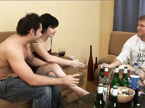Два выпивших пацана поят телку и разводят ее на секс