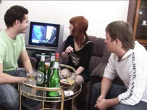 Два русских парня развели на перепихон пьяную рыжуху