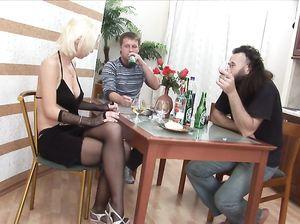 Русские жеребцы напоили Валентину чтобы трахнуть