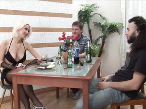 Секс русских студентов на небольшом столике