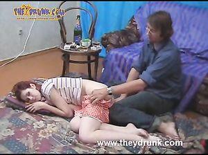 Русская пьяная девка Марго отключается во время секса