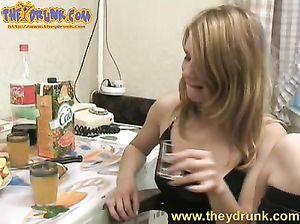 Пьяная русская чикса Ира отсосала у товарища