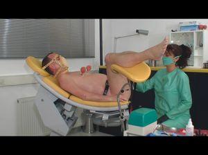 Мужик на гинекологическом кресле кайфует от извращений
