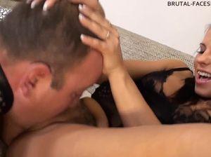 Русская госпожа заставляет раба лизать ей пизду