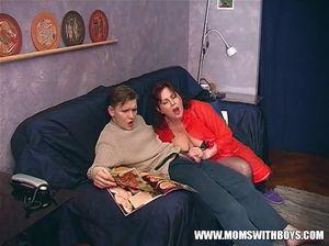 Мама соблазняет своего молодого сыночка, подбираясь к его хую