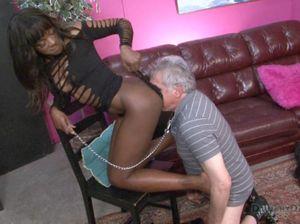 Чернокожая госпожа заставила покорного раба вылизать мокрую пизду