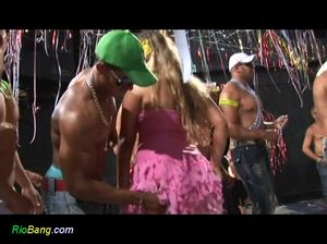 Девки вертят аппетитными попами на горячей вечеринке