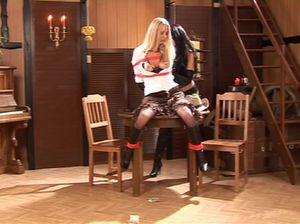 Лесбиянка оделась в одежду из латекса и стала лапать связанную подружку