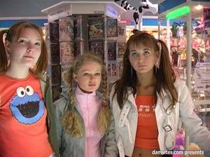 Счастливый парнишка трахнул трех русских девчонок