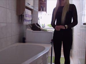 Жеребец трахнул дома в ванной блондинку и кончил на лысую пилотку