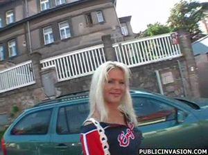 Блондинка на остановке согласилась перепихнуться за деньги
