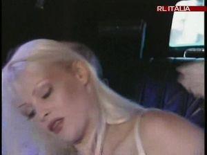 Минет онлайн блондинка делает минет своему коллеге