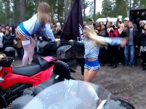Горячие русские сучки ебутся с толпой байкеров