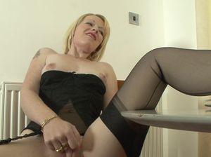 Развратная блондинка расставила ноги и трогает клитор
