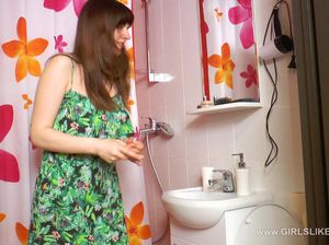 Девка красится в ванной и уже ели сдерживается чтобы не уссаться