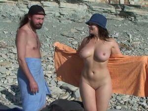Горячий секс парочки на нудистском пляже