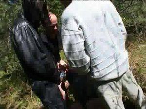 Толпа мужиков вывезли бабу в лес и трахнули