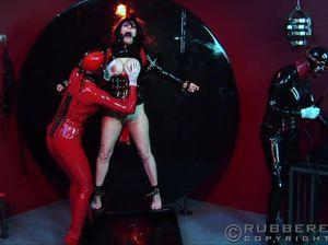 Сексуальная милфа играет с двумя лесбиянками в латексе