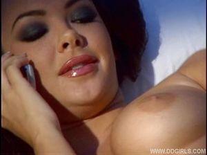 Стефани присела на уши любовнику по телефону и дрочит себе