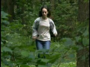 Насильник словил девушку в лесу и силой ее поимел