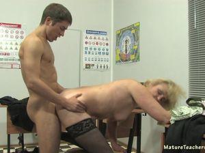Студент шантажирует зрелую училку и ебет ее