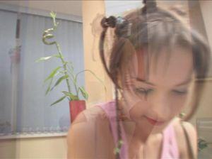 Девушка с маленькой грудью раздевается перед камерой