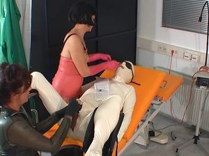 Трем извращенцам нравятся уколы в гениталии