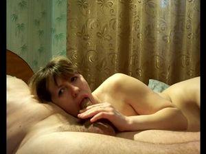 Опытная супруга берет в рот член мужа и вкусно сосет