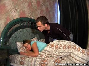 Пока сестра спала брат полизал ее и выебал