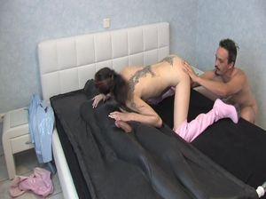 Два мужика трахают похотливую самку