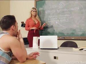 Гламурная училка с огромными сиськами поебалась с учеником