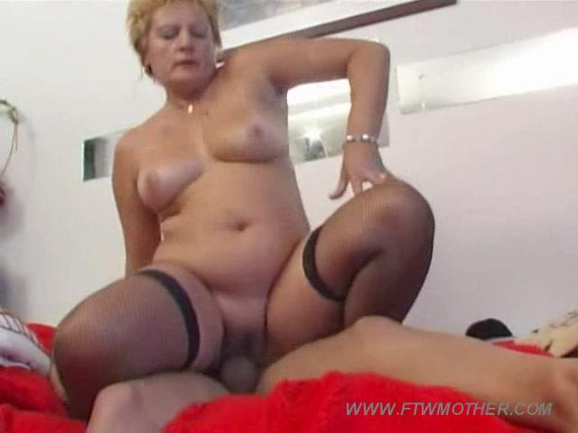 Порно мама увидила што сын мастурбирует