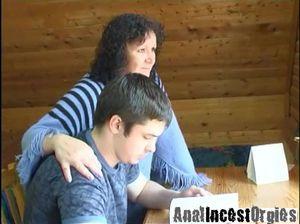 Русская мамашка соблазнила своего подростка сына