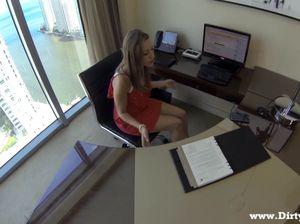 Легкодоступная секретарша дает своему начальнику