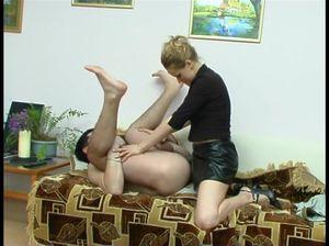 Бисексуал чпокает малышку  а затем она его ебет страпоном